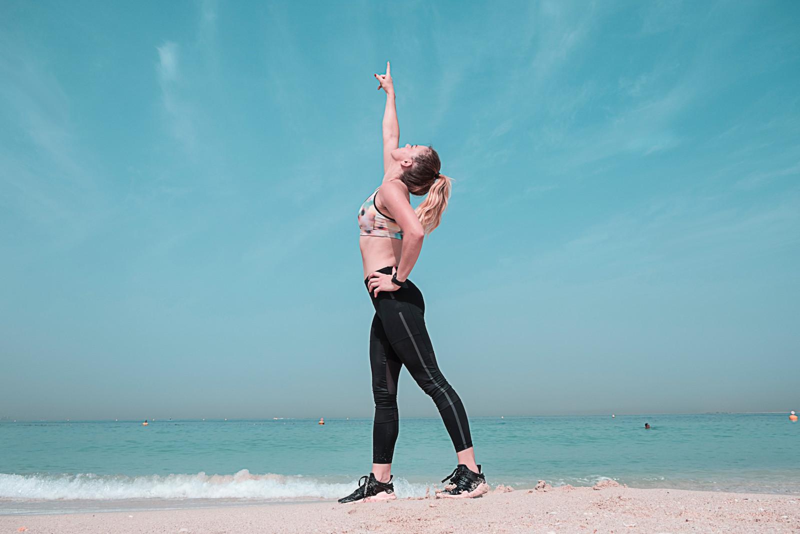 szczupla kobieta na plazy