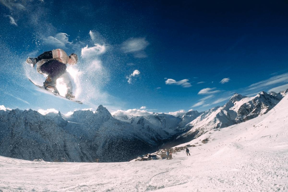 Snowboardzista w górach