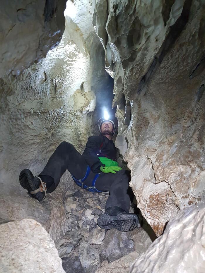 Mężczyzna w jaskini