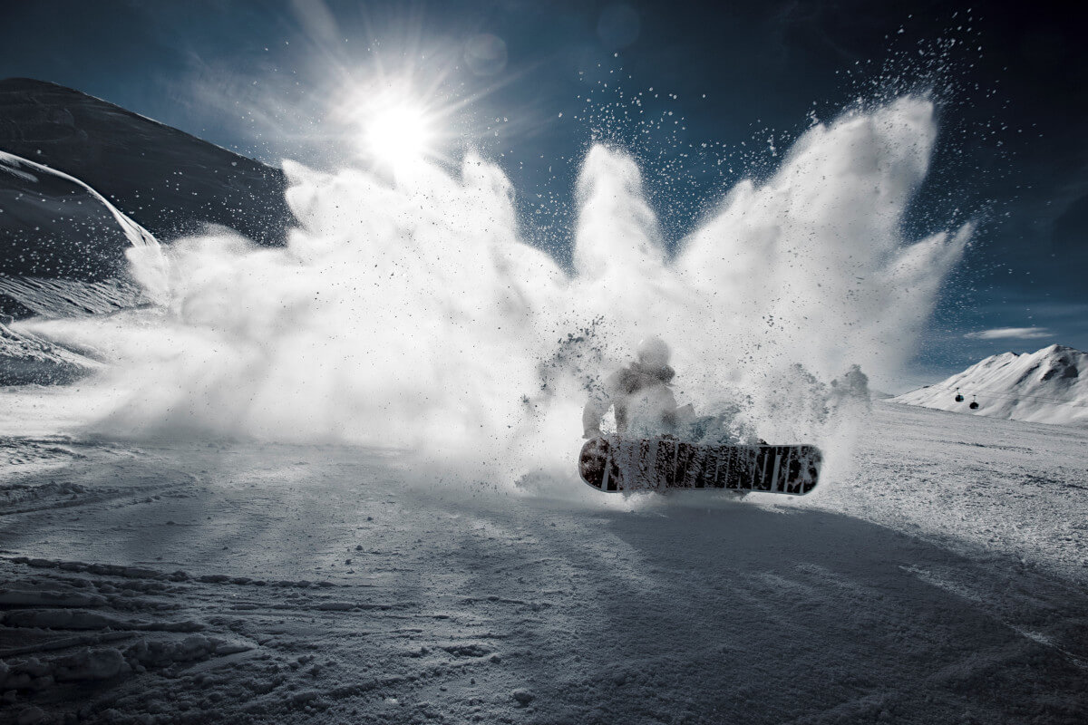 Snowbordzista w górach